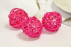 Boules décoratives en rotin de couleur fuschia