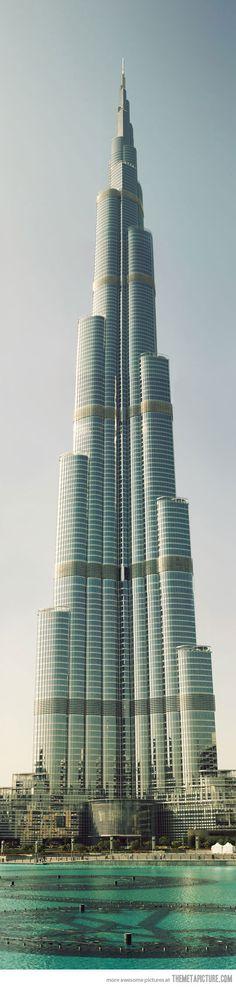Burj Khalifa: El Burj Khalifa, es un rascacielos ubicado en Dubái, Emiratos Árabes Unidos. Con 828 metros de altura, es la estructura más alta construida por el ser humano  arquitectos Adrian Smith, William F. Baker, Marshall Strabala, George J. Efstathiou
