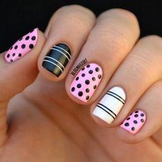 Coquetas uñas en tres colores, rosa claro, blanco y negro, decoradas con lunares negros y lineas blancas y negras.