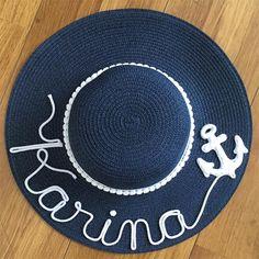 Veja uma seleção de ideias de customização de chapéu de palha. A moda é usar o chapéu de praia com seu nome personalizado nele. Chapéu customizado com nome Karina Painted Hats, Hand Painted, Crochet Cap, Diy Hat, Love Hat, Handmade Ornaments, Summer Bags, Caps Hats, Hats For Women