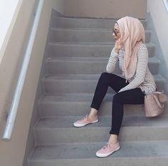 How to wear stripes with hijab – Just Trendy Girls Modern Hijab Fashion, Hijab Fashion Inspiration, Islamic Fashion, Muslim Fashion, Modest Fashion, Fashion Outfits, Style Fashion, Modest Wear, Modest Outfits