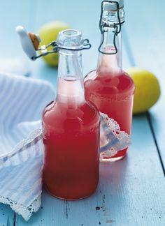 Sommeren er over os, og hvad er skønnere end en kølig drik på en lun sommerdag? Prøv denne søde saft, der bl.a. kan blandes med vin og bruges som en frisk velkomstdrink.