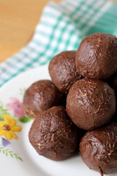Low carb 5 ingredient chocolate brownie fat bombs everyone loves. Mix up a few ingredients for this fudgy NO BAKE keto recipe. Ingredient Keto Brownie Fat Bombs – BEST Chocolate Brownie Fat Bombs – NO Bake – Brownies Cétoniques, Chocolate Brownies, Low Carb Recipes, Snack Recipes, Dessert Recipes, Desserts, Dinner Recipes, Apple Crisp Recipes, Banana Bread Recipes