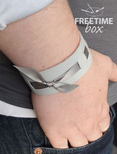 tuto bracelet m DIY; tuto bracelet m. Fabric Bracelets, Cuff Bracelets, Bangles, Leather Bracelets, Diy Crafts Jewelry, Jewelry Art, Crea Cuir, Diy Accessoires, Bracelet Cuir