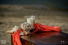 A korall színű textil valódi trópusi hangulatot teremt. Wine Decanter, Beach, Wedding, Valentines Day Weddings, The Beach, Wine Carafe, Beaches, Weddings, Marriage