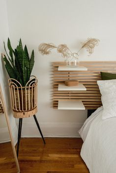 Wooden slat headboard with shelves in this cozy neutral bedroom with lots of plants wood headboard An alternative to bedside table: headboard with built-in shelves Ikea Headboard, Headboard With Shelves, Shelves In Bedroom, Headboards For Beds, Headboard Ideas, Diy Wooden Headboard, Rustic Headboards, Fabric Headboards, Modern Headboard
