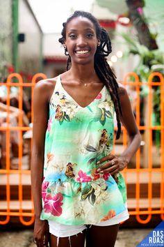Street style no Rio: look despojado com destaque para a estampa da regata que é a cara do Brasil, cheia de estampas florais em cores fortes, como verde, rosa e azul, combinado com um shorts branco –a cara do verão!