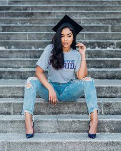 5 Expert Reasons to Make Your Graduation Photoshoot Monumental Nursing Graduation Pictures, Graduation Look, Graduation Picture Poses, College Graduation Pictures, Graduation Portraits, Graduation Photoshoot, Graduation Photography, Grad Pics, Grad Pictures