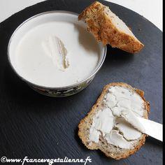 Voici du beurre végétal hyper simple à faire et presque aussi vrai que le  «vrai»!  Pas besoin de lécithine de soja, de gomme de guar ou autres  ingrédients compliqués. Ici, suffisent: noix de cajou, huile de coco  désodorisée, eau, huile d'olive et sel. Pratique, ce «beurre» se tartine à  merveille: sur une biscotte, un toast, de la brioche. Il peut entrer dans  la composition de pâtisseries dont les plus réputées en matière  d'utilisation de beurre sont bretonnes, kouign amann en tête…