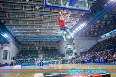 Csanad Karoly Borlay z grupy akrobatycznej Lords of Gravity, dzierży aktualny tytuł rekordzisty Guinnessa w kategorii: Wsad (slam dunk) wykonany z największej odległości po wybiciu się z trampoliny i wykonaniu przerzutu w przód #rekordGuinnessa #MegaWsad