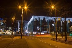 Ook de Bijenkorf doet mee met Eindhoven Glow. #willemlaros #photography #travelphotography #traveller #canon #fotocursus #fotoreis #travelblog #reizen #reisjournalist #panasonic #compositie #travelwriter #vubreda #fotoworkshop #reisfotografie #landschapsfotografie #cameranu #flickr #fbp