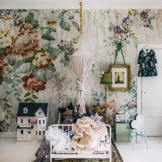 Vintage kids room - to die for cute! Vintage wallpaper is also a gorgeous touch.