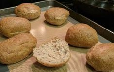 Koolhydraten zul je niet missen met deze bolletjes! Soms wil je even op de koolhydraten letten als je wat kilo's kwijt wilt raken. Dit brood kan daarbij helpen. Je kan op deze manier toch genieten van je oude vertrouwde broodje en je krijgt niet de koolhydraten binnen. Beleg 'm vervolgens met bijvo