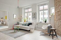 Piso nórdico con pared de ladrillo | Blanco y de madera