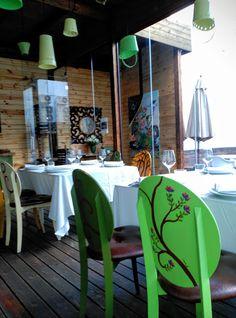 Interiorismo Inma Gregori.2015. Sillas decoradas por mi, lámparas hechas con jardineras compradas en Tulacatula. Comedor porche jardín, en Restaurante Visconti , Gandia (Valencia).