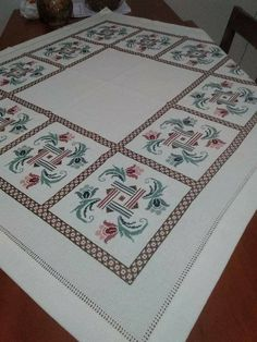 Cross Stitch Flowers, Bed Covers, Hobbies And Crafts, Needlework, Bohemian Rug, Bargello, Quilts, Embroidery, Blanket