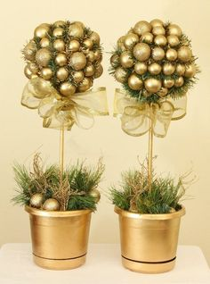 Gold Christmas Decoration Ideas Let's face it. Christmas is every homeowner's favorite holiday. It's every homeowner's dream to decorate their homes with the best and the prettiest Christmas decorations [. Christmas Topiary, Gold Christmas Decorations, Noel Christmas, All Things Christmas, Christmas Ornaments, Xmas Crafts, Christmas Projects, Topiary Centerpieces, Decoration Entree