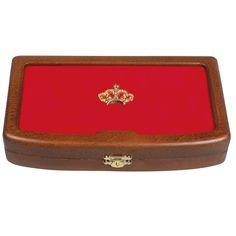 """Schon am Deckel ist der kostbare Schatz erkennbar: Eine glänzende Krone ziert die Sammelkassette aus Holz. Innen ist sie mit rotem Samt ausgelegt. Ein edlerer Platz für die fünf 100-Euro-Goldmünzen der Serie """"Kronen der Habsburger""""  ist nur sehr schwer vorstellbar. 100 Euro, Home Decor, Roman Britain, Cassette Tape, Wood, Crowns, Room Decor, Home Interior Design, Home Decoration"""
