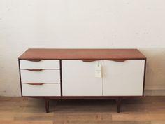 Aparador McIntosh - The Nave - Aparador de madera de teca. Original de los años 60.  Puertas y cajones lacados en blanco. midcentury - aparador - sideboard - macintosh - wood - woodwork - madera - furniture - mobiliario - thenave