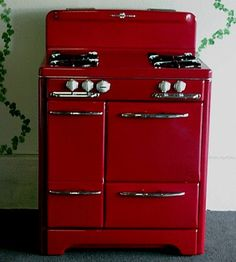 This red, vintage, gas stove is just too wonderful! Cute Kitchen, Red Kitchen, Kitchen Decor, Kitchen Ideas, 1950s Kitchen, Kitchen Stuff, Kitchen Furniture, Modern Furniture, Furniture Design