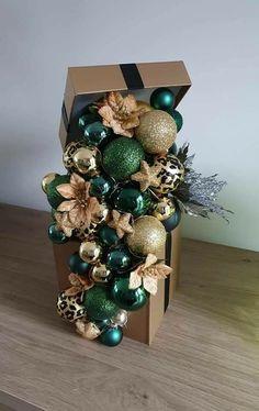 Christmas Flowers, Christmas Deco, Christmas Projects, Christmas Holidays, Christmas Wreaths, Christmas Floral Arrangements, Christmas Centerpieces, Xmas Decorations, Christmas Vases