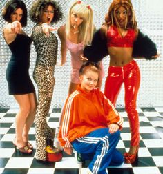 Spice Girls Geri dressed as sporty. spice scary dressed as Geri. baby dressed as scary spice .posh dressed as baby spice .sporty dressed as posh spice . Kate Moss, Spice Girls Outfits, Mtv, Geri Halliwell, Blazers, Estilo Grunge, Girls Dress Up, 2000s Fashion, Teen Vogue