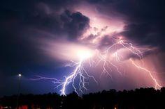 Spektakuläre Fotos von Gewitterwolken und Blitzen sind ein Traum-Fotomotiv. Wie man eindrucksvollen Naturereignisse richtige aufnimmt, erfahren Sie hier.