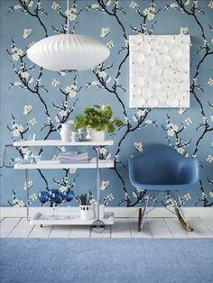Prachtig blauw behang met witte bloesem.