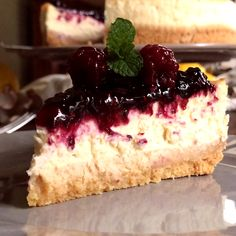 Easy Instant Pot Cheesecake - Do you need some instant pot dessert recipes? You have to give this instant pot cheesecake recipe a try! It's a classic vanilla cheesecake that tastes amazing topped with your favorite pie filling or just plain. No Bake Lemon Cheesecake, Classic Cheesecake, Cheesecake Recipes, Dessert Recipes, Ultimate Cheesecake, Blackberry Cheesecake, Cheesecake Cake, Delicious Desserts, Yummy Food