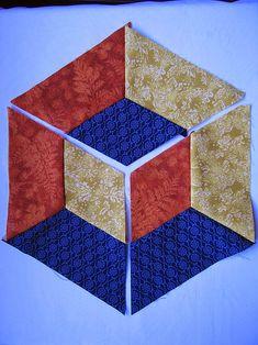 PATCHWORK ARTE EM TECIDOS: CUBO TRIDIMENSIONAL Patchwork Fabric, Patchwork Patterns, Quilt Block Patterns, Pattern Blocks, Fabric Art, Geometric Quilt, Hexagon Quilt, Hexagon Patchwork, 3d Quilts