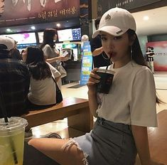 Ulzzang uploaded by 𝔏𝔦𝔰𝔢 ♡ on We Heart It Ulzzang Korean Girl, Ulzzang Couple, Korean Fashion Trends, Asian Fashion, Fashion Tips, French Fashion, Hypebeast, Korean Picture, Ripped Jeans Style