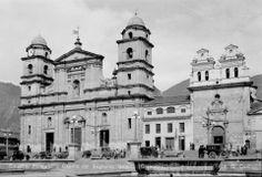 Santafé de Bogotá - Catedral Primada y Capilla del Sagrario. - Foto de Gumersindo Cuéllar; publicación de Joselh Hómez