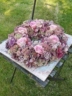 Art Floral, Diy Weihnachten, Funeral, Floral Wreath, Outdoor Decor, Home Decor, Flower, Crowns, Fall Season