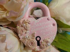 Свадебный замочек розового цвета, декорированный керамическими цветами, жемчугом. Можем написать Ваши имена и дату свадьбы. #wedding #locks #pink #hande-made #свадьба #замок #розовый