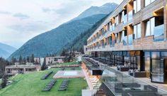 Das alpine Lifestyle-Resort in Holzbauweise schmiegt sich oberhalb des Dorfes Kals an den Hang – mit Blickkontakt zum Großglockner. #leadingsparesort #gradonna #mountain #großglockner #chalet #wellness