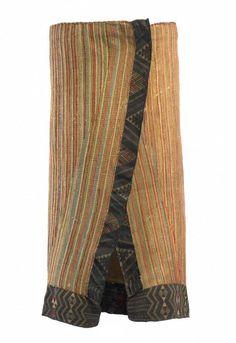 Object: Kaitaka paepaeroa (cloak with taniko borders and vertical aho, weft rows) Flax Weaving, Weaving Art, Weaving Patterns, Maori Patterns, Finger Weaving, Maori People, Polynesian Art, Capes & Ponchos, Maori Designs