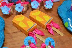 Esse ano resolvi fazer uma festa na piscina a tarde para comemorar o aniversário de três aninhos da minha princesa Carolina. Foi uma fe...