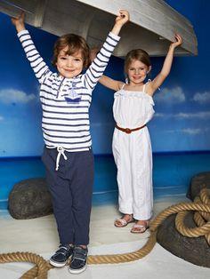 burda style - Schnittmuster für Kinder -   Hüftlanges Rundhalsshirt, entspannte Jogginghose und Jumpsuit mit Rüsche und Trägern zum Festbinden. Foto: Moritz Zauner