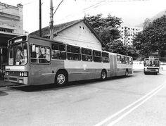 Ônibus articulado - 1981 A Companhia de Transporte Coletivo (CTC) do Rio de Janeiro experimentou em 1983 o veículo da imagem, um modelo articulado com mecânica Volvo e carroceria Marcopolo. Percorria a linha 219, Praça 15 - Usina. Vemos o ônibus estacionado no ponto final da linha, na Usina. O experimento não deu certo, pois, como se sabe hoje em dia, este tipo de veículo necessita de uma via dedicada para seu pleno aproveitamento