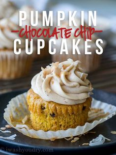 Pumpkin Chip Cupcakes with Spiced Cream Cheese Frosting are topped with toasted coconut and are a super simple dessert to make this Fall! Pumpkin Chip Cupcakes with Spiced Cream Cheese Frosting are th