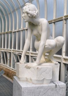 """""""The Elf"""" llegó a Glasgow  en la exposición Internacional de 1901, es una copia del original de bronce que está en el National Museum of Wales. La original data de 1899. Su autor fue el escultor londinense William Goscombe John. Es de mármol y mide 1 mt de altura, en su plinto hay claros diseños celtas. Glasgow Uk, Neoclassical, Sculptures, Greek, Statue, Celtic, Bronze, The Originals, Author"""