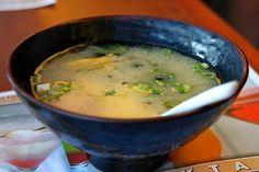 Street food - Potage au tofu, miso, champignons noirs http://streetfoodetcuisinedumonde.blogspot.fr/2013/12/recette-de-soupe-au-tofu-miso-et.html