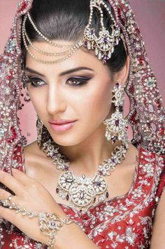 21 Ideas Eye Makeup Bridal Indian Exotic Beauties For 2019 Simple Bridal Makeup, Bridal Makeup Tips, Indian Bridal Makeup, Asian Bridal, Wedding Makeup, Wedding Bride, Bridal Updo, Bride Makeup, Bridal Hairstyles