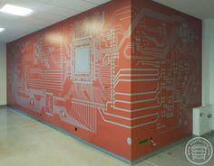 Okładzina ścian wykonana z płyt kompaktowych HPL z nadrukiem przedstawiającym układ scalony.