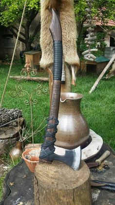 Fantasy/Viking axe defender It is engraved with an old poem in the runes of the younger Futhark: Mun þú wozz, We ek þik. Cool Knives, Knives And Tools, Knives And Swords, Vikings, Beil, Blacksmith Projects, Lathe Projects, Viking Axe, Battle Axe