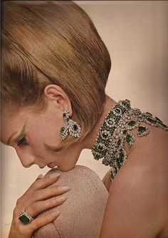 Van Cleef & Arpels 1966 photograph by Bert Stern for Vogue Jewelry Ads, Luxury Jewelry, Vintage Jewelry, Jewelry Accessories, Fine Jewelry, Jewellery, Van Cleef Arpels, Van Cleef And Arpels Jewelry, 1960s Fashion
