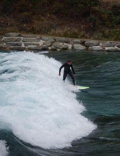 Surf à Wanaka, Nouvelle-Zélande. Il fait un froid glacial, le courant est fort sur la vague artificielle, mais cela ne décourage pas les surfeurs! http://voyagesetvagabondages.com/2015/02/en-famille-a-wanaka/