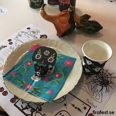 Både pyssel och dekoration till barnens halloweenfest! Ladda hem pysselunderlägg gratis! #halloweenfest #barn #pyssel #dekoration #lekar Hem, Barn, Sugar, Cookies, Tableware, Desserts, Food, Tips, Alcohol