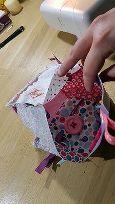 Retrouvez vite notre nouveau tuto couture pour fabriquer un cadeau de naissance personnalisé : un cube d'éveil :) http://2diy.fr