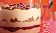 Geschichtetes Dessert mit weihnachtlichen Spekulatius oder Lebkuchen, sahniger Creme und fruchtigen Kirschen